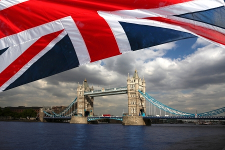 London Tower Bridge con la bandera de Inglaterra photo