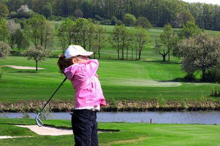 teen golf: niña jugando golf Foto de archivo