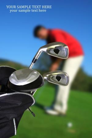 golf drapeau: Homme jouant au golf