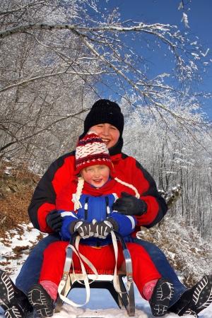 sledging: famiglia inverno slittino