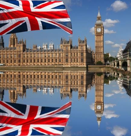 bus anglais: Big Ben avec le drapeau de l'Angleterre à Londres Banque d'images
