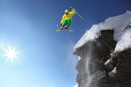 narciarz: Skoki narciarz choć powietrze z klifu w wysokich górach