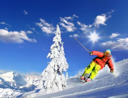 高山のダウンヒル スキー スキーヤー