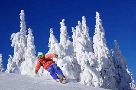 skieer: Skiër skiën afdaling in het hooggebergte