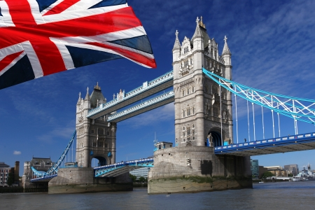londre nuit: Tower Bridge avec le drapeau de l'Angleterre, Londres