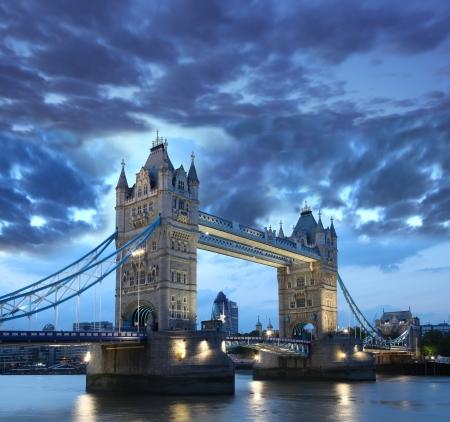 bandera inglaterra: Puente de la torre en la noche, Londres, Inglaterra Foto de archivo