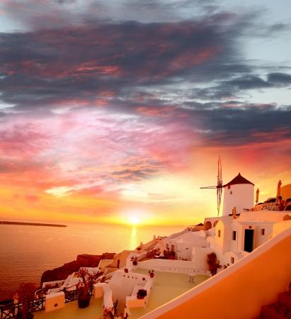 Santorini con molino de viento famoso en Grecia, Oia pueblo Foto de archivo