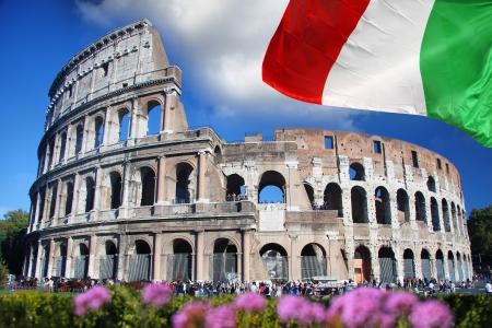 bandera italia: Famoso Coliseo en Roma, Italia