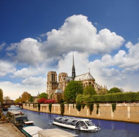 seine: Parijs, Notre Dame met boot op de Seine, Frankrijk