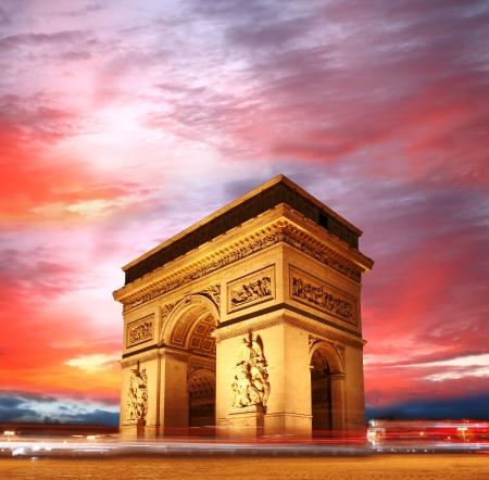 arcos de piedra: Par�s, el Arco de Triunfo famoso de la bandera de Francia Foto de archivo
