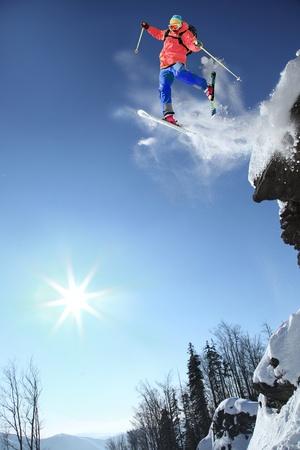 síelő: Síelő, ugrás a levegőben a szikla