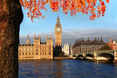 Big Ben with autumn leaves in London, England 版權商用圖片