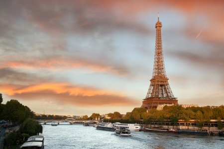 저녁 파리, 프랑스에서 보트와 에펠 탑 스톡 콘텐츠