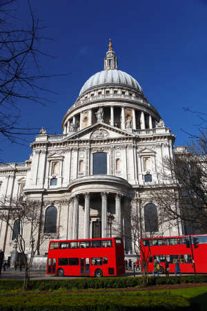 st  paul   s cathedral: St  Paul s Cathedral with red double-decker in London, England