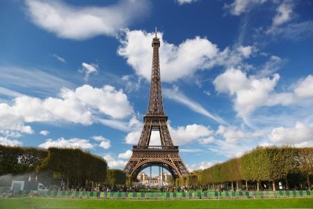 Tour Eiffel avec parc de la ville en France Banque d'images - 20923654