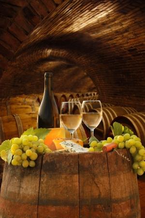 Weißwein mit Fässern im Weinkeller