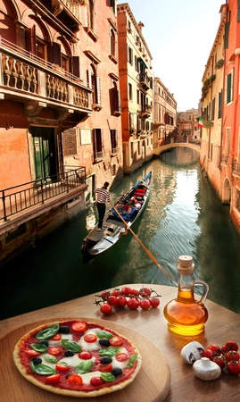 Classic Pizza italiana en Venecia contra canal, Italia photo