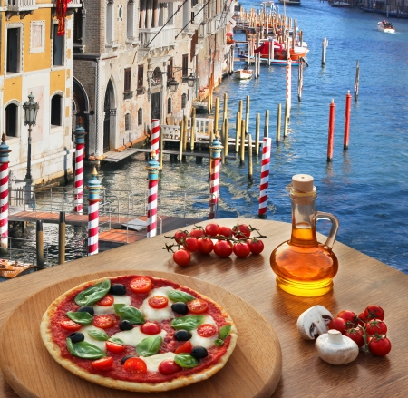Klassische italienische Pizza in Venedig gegen Kanal, Italien