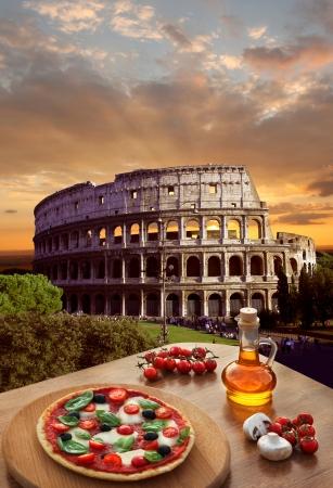 이탈리아 전통 피자와 로마의 콜로세움 스톡 콘텐츠