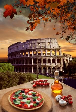roma antigua: Coliseo de Roma con la pizza tradicional en Italia