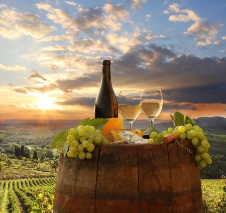 Witte wijn met vat op wijngaard in Chianti, Toscane, Italië