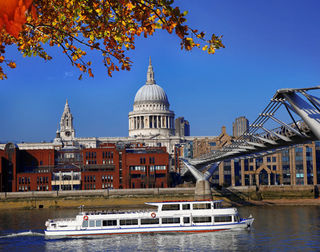 st  paul   s cathedral: St Paul s Cathedral with tourist boat in London, England
