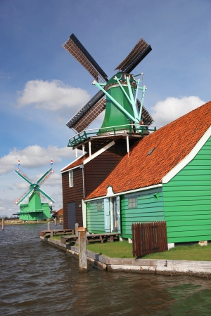 zaanse: Traditionele Nederlandse molens op de Zaanse Schans, Amsterdam, Nederland