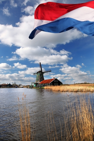 Traditionelle holländische Windmühlen in Zaanse Schans, Amsterdam, Holland photo