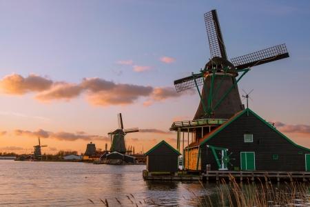 MOLINOS DE VIENTO: Molinos de viento holandeses tradicionales con canal cerca del Amsterdam, Holanda