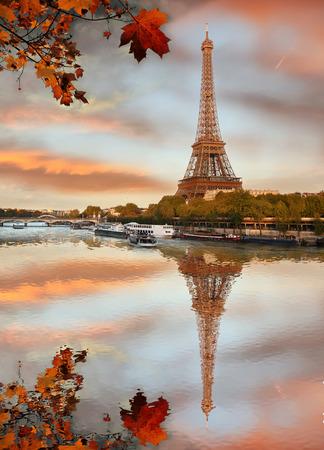 Tour Eiffel avec des feuilles d'automne à Paris, France Banque d'images - 25603630