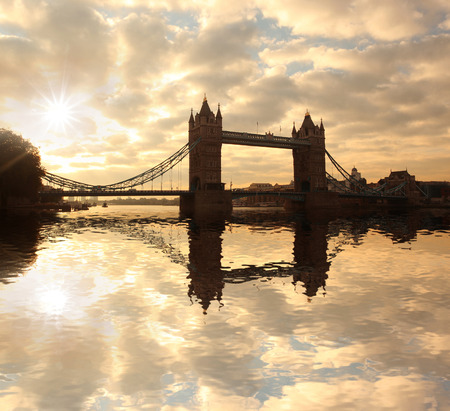 Silueta del Tower Bridge en contra del sol en Londres, Inglaterra photo