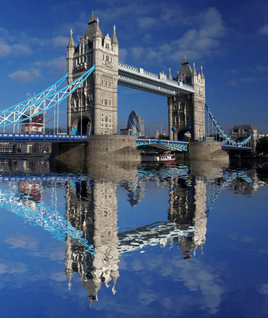 Famoso Tower Bridge en Londres, Inglaterra photo