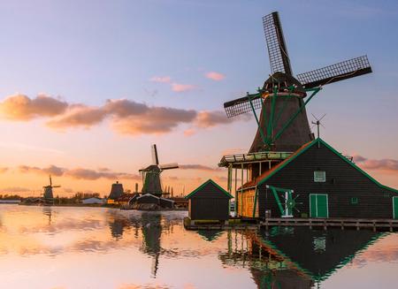 Traditionele Nederlandse windmolens met gracht in de buurt van de Amsterdam, Holland