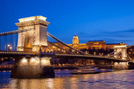 Budapest castle and chain bridge in the evening, Hungary 版權商用圖片