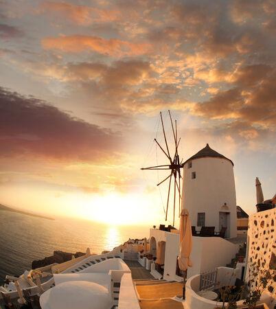 molino de agua: Molino de viento contra colorida puesta de sol, Santorini, Grecia
