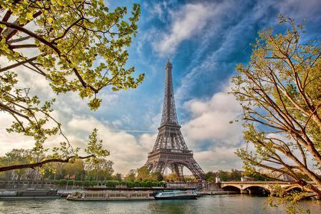 エッフェル塔、パリのセーヌ川のボート 写真素材