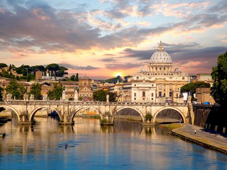 Basilica di San Pietro con ponte in Vaticano, Roma, Italia