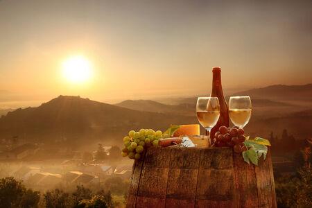 Vin blanc avec un canon sur vigne dans le Chianti, Toscane, Italie Banque d'images - 30370269