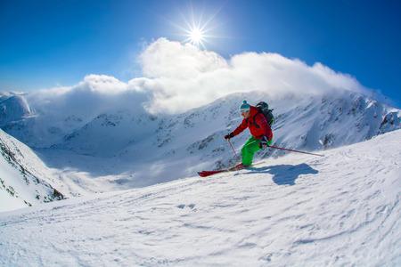 Skieur de ski alpin dans les hautes montagnes contre le coucher du soleil Banque d'images - 30833689