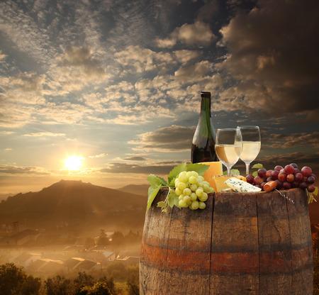 白ワインはイタリア、トスカーナ、キャンティのブドウ園の 1 バレル