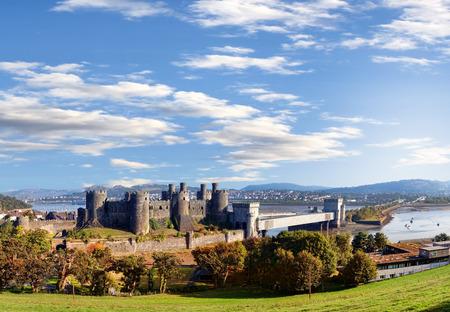 welsh flag: Famoso Conwy Castle nel Galles, Regno Unito, serie di castelli Walesh