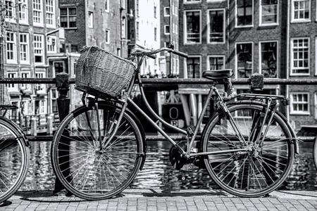 Amsterdam in Schwarz-Weiß-Stil mit dem Fahrrad auf der Brücke in Holland Standard-Bild - 33002741