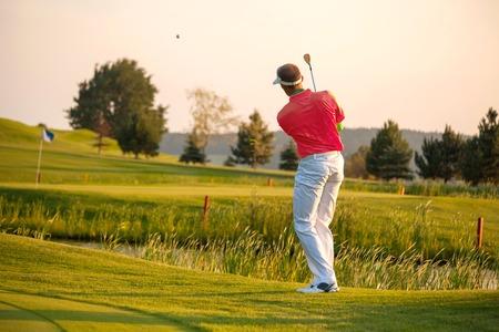 Człowiek gra w golfa