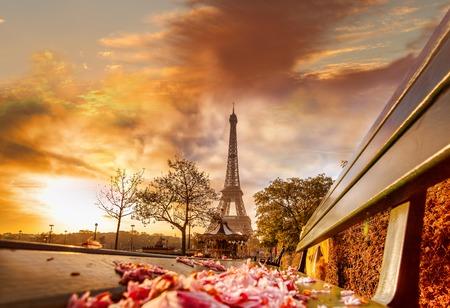 romantico: Torre Eiffel durante hermosa ma�ana de primavera en Par�s, Francia