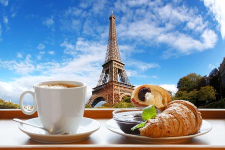 Caffè con cornetti contro famosa Torre Eiffel a Parigi, Francia
