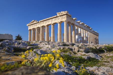 ギリシャ、アテネのアクロポリスの春の花とパルテノン神殿