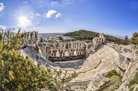 teatro antiguo: Teatro Odeon famoso en Atenas, Grecia, vista desde la Acrópolis