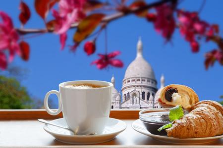 copule: Sacre Coeur Catedral con desayuno por la ma�ana en Par�s, Francia