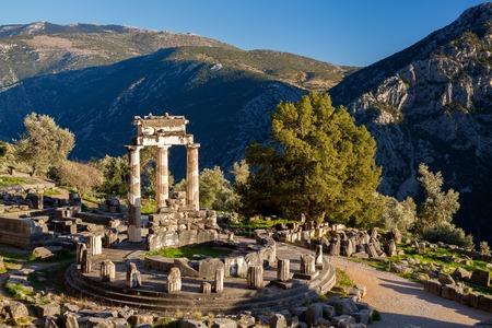 templo griego: Delphi famoso con las ruinas del templo en Grecia Foto de archivo
