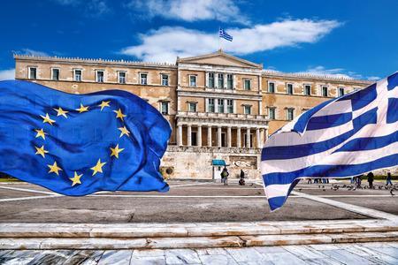 arte greca: Parlamento greco con la bandiera della Grecia e la bandiera dell'Unione europea ad Atene, Grecia Archivio Fotografico